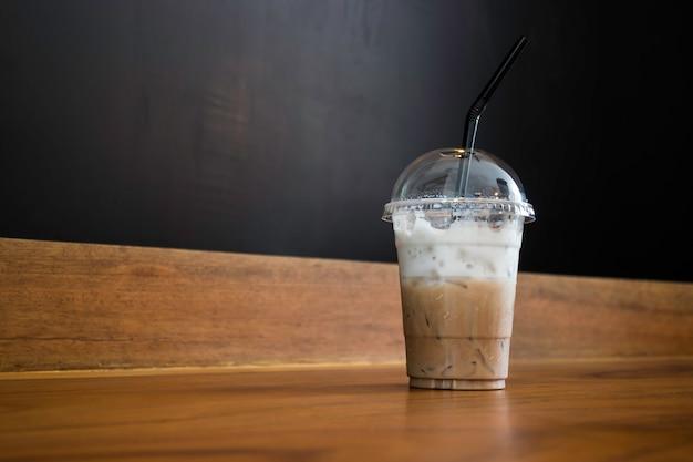 Café com leite gelado na mesa de madeira