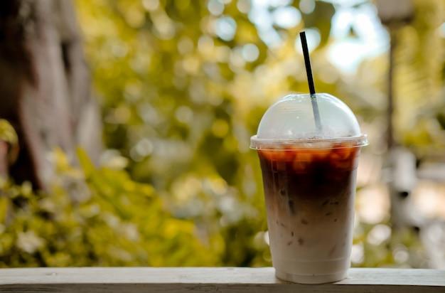 Café com leite gelado no copo de plástico