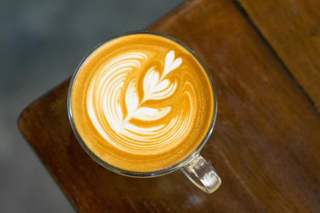 Café com leite na mesa de madeira