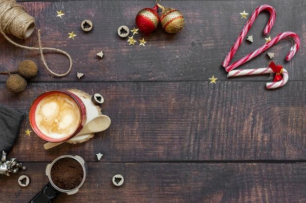 Café com leite no fundo de madeira com linda decoração de natal