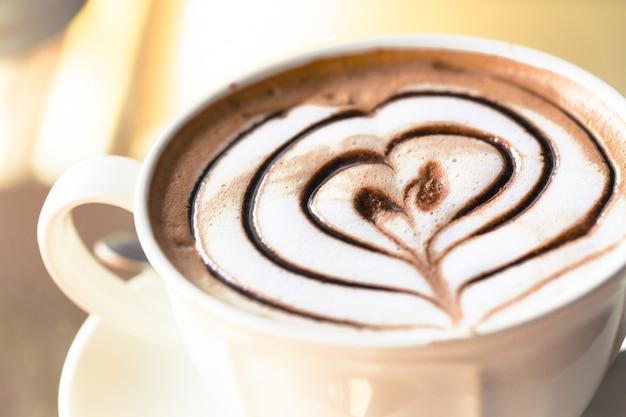 Café com leite quente arte com forma de coração