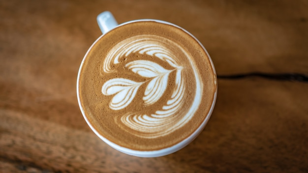 Café com leite quente com forma de coração