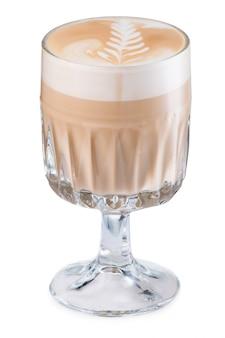 Café com leite quente com roseta isolado no branco