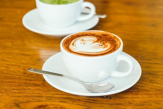 Café com leite quente de chocolate em copo branco