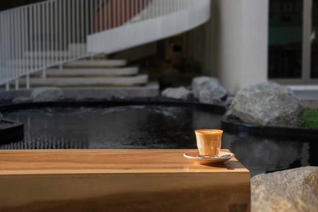 Café com leite quente matinal no café do resort,