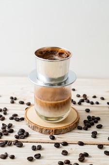 Café com leite quente pingando no estilo vietnamita - saigon ou café vietnamita