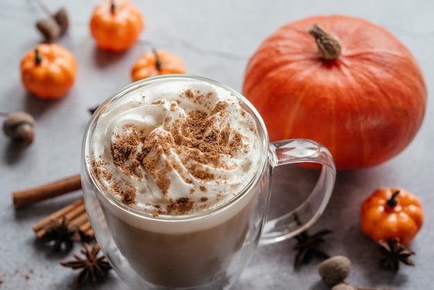 Café com leite temperado de abóbora de outono com chantilly e canela