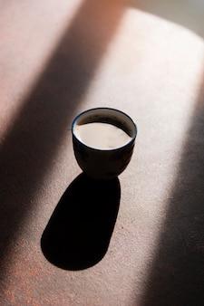 Café com luz do sol sombra