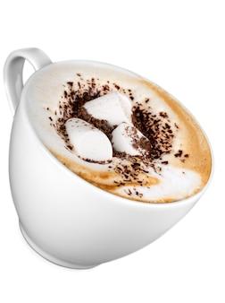 Café com marshmallows em fundo branco