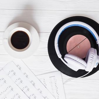 Café com objetos de música
