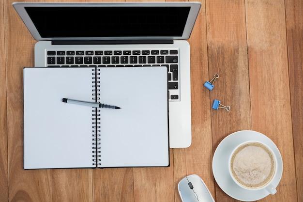 Café com organizador e laptop