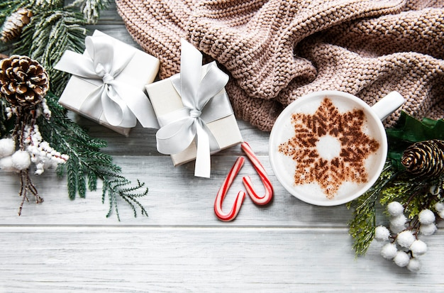 Café com padrão de floco de neve e enfeites de natal