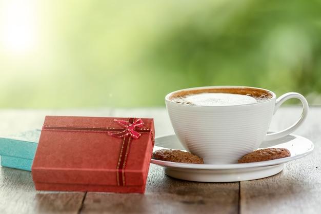 Café com presentes colocados sobre uma mesa de madeira.