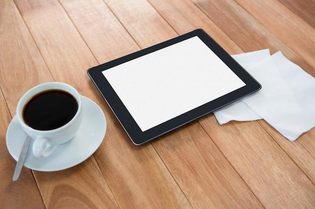 Café com tablet digital e papel
