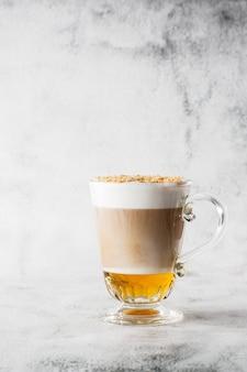 Café com uísque irlandês e chantilly em vidro isolado no fundo de mármore brilhante. visão aérea, copie o espaço. publicidade para o menu de café. menu de café. foto vertical.
