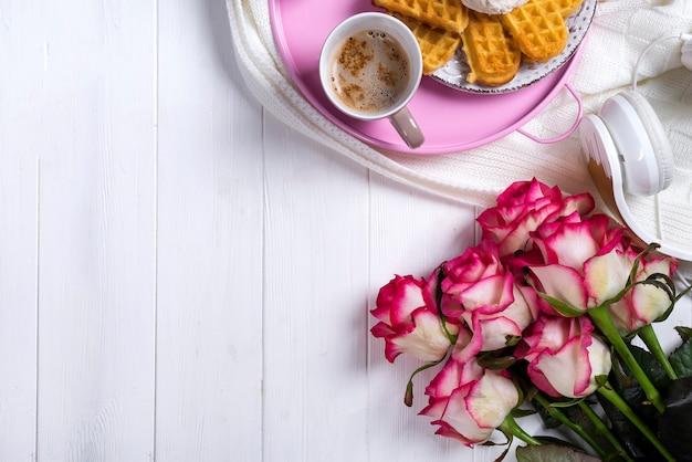 Café com waffles e rosas. dia dos namorados ou 8 de março