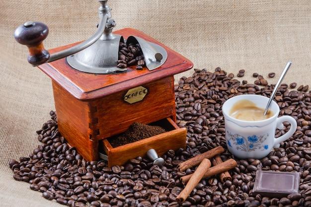 Café, copo e moedor, montagem realizada em estúdio
