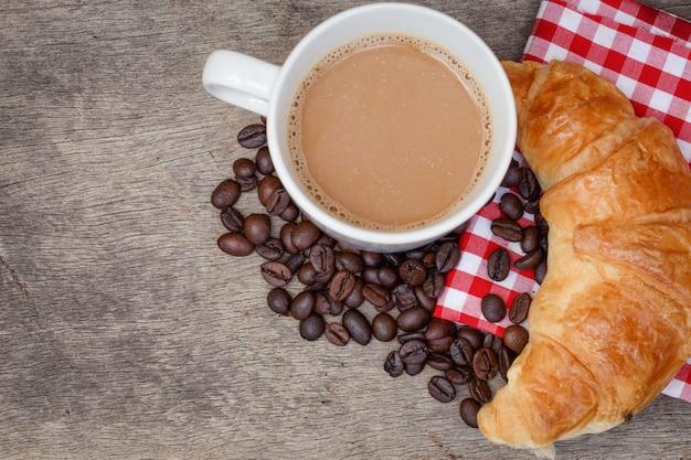 Café croissant pão grão de café