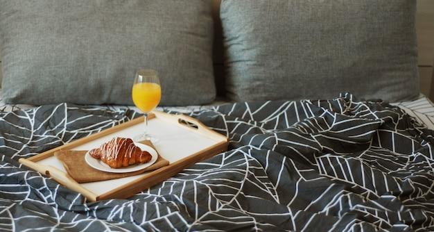 Café, croissants e suco de laranja.