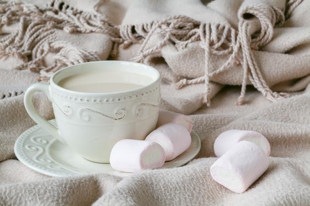 Café da manhã aconchegante com trança quente e chá quente com leite