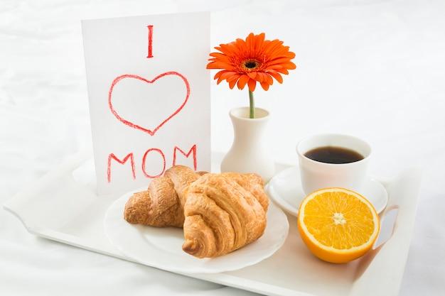 Café da manhã alto ângulo na cama no dia das mães