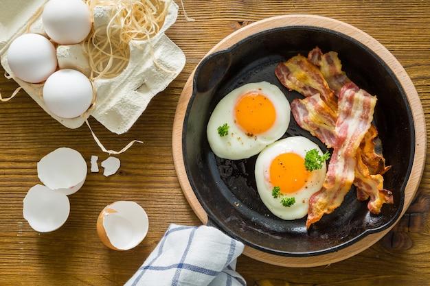 Café da manhã americano com ovos fritos, bacon