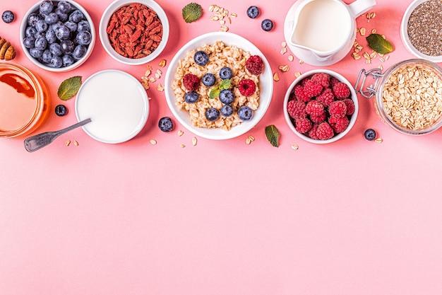 Café da manhã, aveia com frutas vermelhas, vista superior.