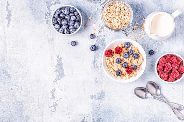 Café da manhã, aveia com frutas vermelhas