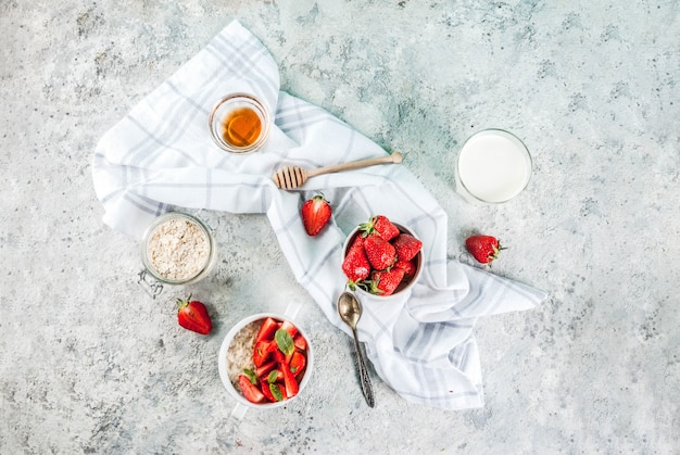 Café da manhã aveia com morango