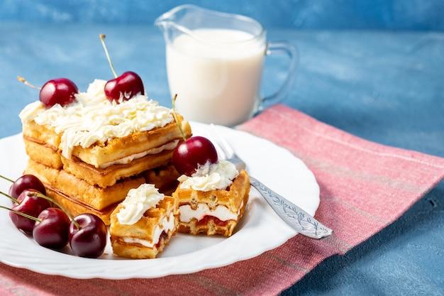Café da manhã, bolo de bolacha com cerejas e leite