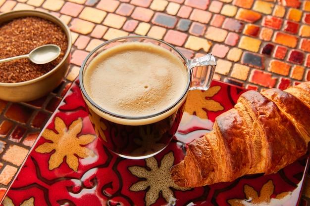 Café da manhã café croissant com açúcar mascavo