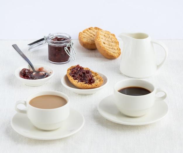 Café da manhã: café, latte, bruschettas, geléia.