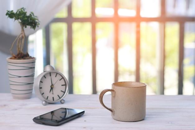 Café da manhã, café na mesa de madeira e fundo de natureza