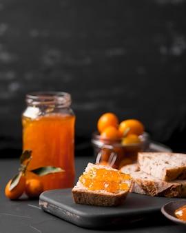 Café da manhã caseiro com pão e geléia