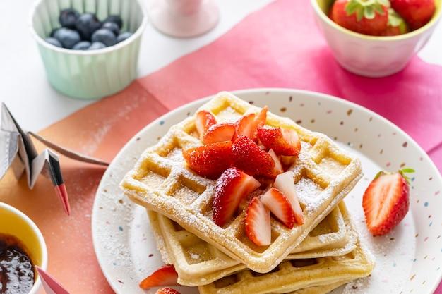 Café da manhã caseiro com waffle de morango para crianças