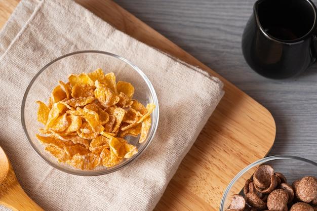 Café da manhã cereais na tigela no napery. vista superior conceito de comida e copie o espaço