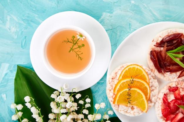 Café da manhã chá, arroz estaladiço