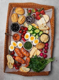 Café da manhã charcutaria ou brunch em uma bandeja