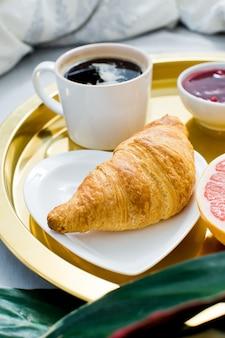 Café da manhã clássico na cama, serviço de hotel.