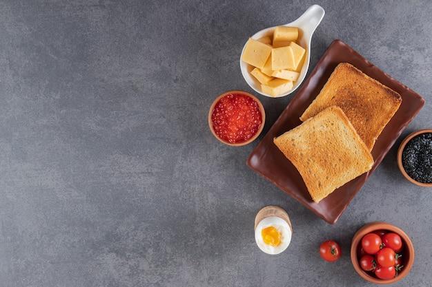 Café da manhã colocado sobre uma superfície de mármore.