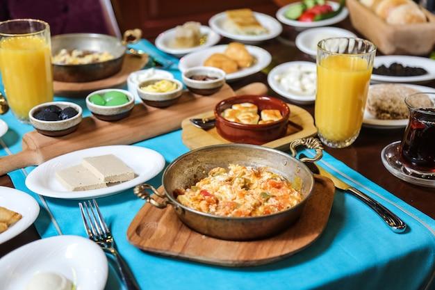 Café da manhã com arranjo de comida