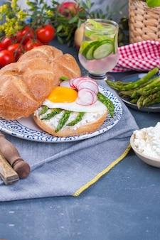 Café da manhã com aspargos e ovo frito no café da manhã.