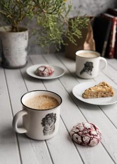 Café da manhã com café e biscoitos