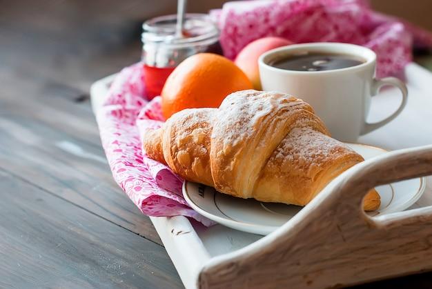 Café da manhã com café e croissant