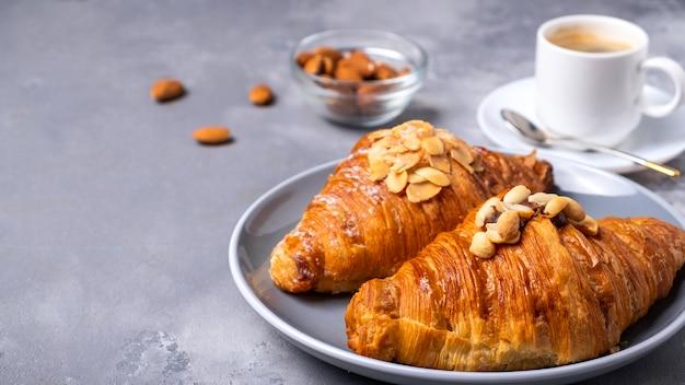 Café da manhã com café e croissants frescos copy space