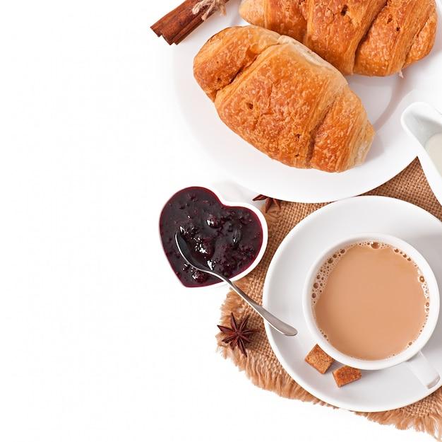 Café da manhã com café e croissants frescos