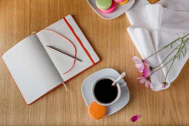 Café da manhã com café e diário aberto