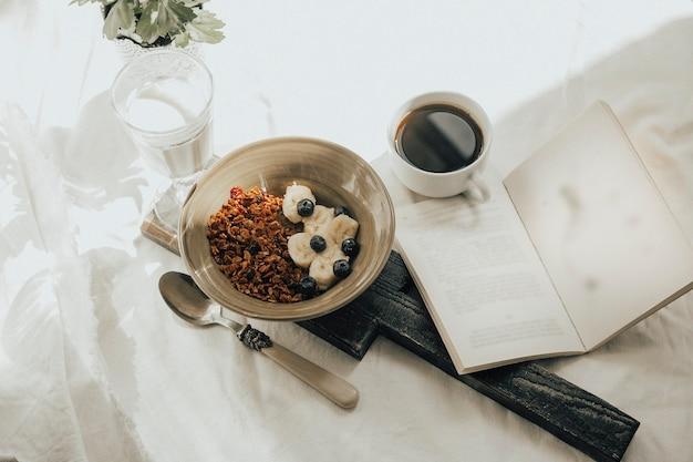 Café da manhã com café e granola no fundo
