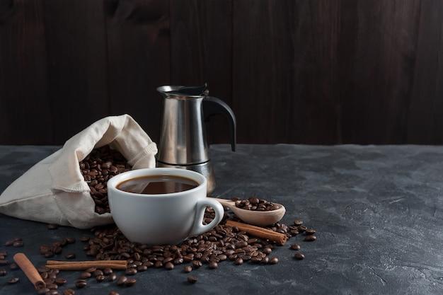 Café da manhã com café preto aromático, bom dia, ótimo começo de dia.