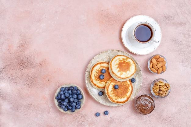 Café da manhã com carboidratos, panquecas, crepes, wafers.